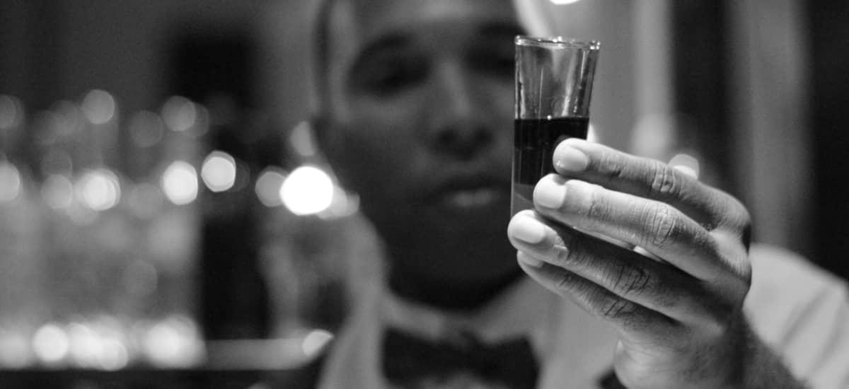Barkeeper in einer Cocktail Lounge